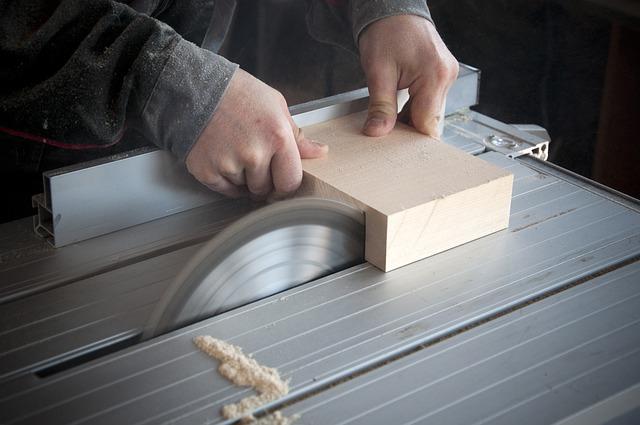 Stück Holz wird an der Kreissäge gesägt