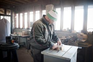 Ein Mann arbeitet an der Kreissäge